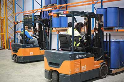 Forklift Licence Melbourne - Student using an forklift a course - Trainix